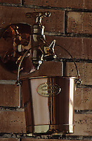 Europe/France/Poitou-Charentes/16/Charente/Cognac: Distillerie du chateau d'Uffaut - Cognac Camus - Seau en cuivre