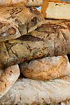 Italien, Piemont, Alessandria: Delikatessen Markt in der Altstadt - Brote   Italy, Piedmont, Alessandria: market at Old Town - bread