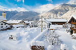 Deutschland, Bayern, Chiemgau, Bergsteigerdorf Schleching: Ortszentrum mit Pfarrkirche St. Remigius vor den Chiemgauer Alpen | Germany, Upper Bavaria, Chiemgau, mountaineer village Schleching: village centre, winter scene with parish church St Remigius and Chiemgau Alps
