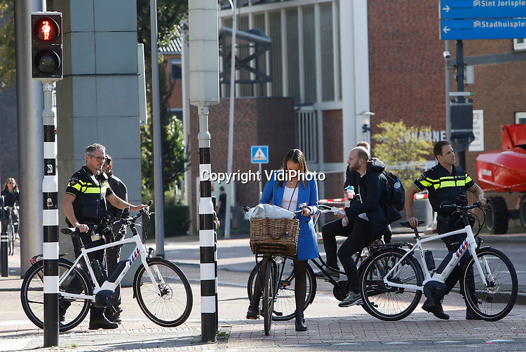 Foto: VidiPhoto<br /> <br /> AMERSFOORT – Wetsovertreders in Amersfoort en omgeving moeten vanaf donderdag extra oppassen. De politie in Gelderland-Midden is nu nog sneller. Agenten van de politieregio Midden-Nederland hadden donderdag de primeur. Op het politiebureau in Amersfoort werden de eerste nieuwe dienstfietsen uitgeleverd door KOGA en Batavus (beide merken van Accell Nederland). Het gaat om zowel stadsfietsen als surveillancefietsen. Die laatste zijn volledig electrisch en voorzien van allerlei handige snufjes waarover de politie weinig wil zeggen. Wel zijn ze geschikt voor snelle actie en wendbaarder dan gewone fietsen. De fietsen zijn vanaf donderdag te zien in het stadsbeeld. De nieuwe fietsen voor de andere politieregio's worden komende maanden uitgeleverd.