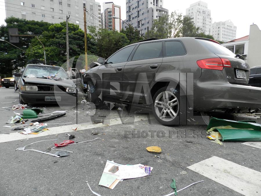SÃO PAULO - SP - 18 DE JANEIRO 2013. AUTO x AUTO, Acidente entre dois carros na manha desta sexta-feira na Rua Cardeal Arco Verde em Pinheiros deixou duas pessoas levemente feridas e encaminhadas ao Hospital das Clinicas. FOTO: MAURICIO CAMARGO / BRAZIL PHOTO PRESS.