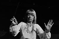 Septembre 1972. Plan rapprochée de 3/4 de CLaude Manlay, femme chef d'orchestre a Toulouse