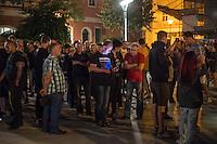 """Mehrere hundert Rechte, Nazis und Hooligans und rassistische Buerger protestierten am Donnerstag den 15. September 2016 im saechsischen Bautzen gegen Fluechtlinge. In den Tagen zuvor war es auf dem Kornmarkt, im Zentrum der Stadt, zu Auseinandersetzungen gekommen, in deren Zuge unbegleitete minderjaehrige Fluechtlinge von den Rechten durch die Stadt gejagt wurden. Mehrere Fluechtlinge  wurden dabei verletzt, einer musste im Krankenhaus aertzlich versorgt werden.<br /> Fuer den 15. September hatten Antirassisten eine Kundgebung auf dem Kornmarkt angemeldet. Die Rechten besetzen jedoch den Platz und den Antirassisten gelang es nur unter Polizeischutz eine kurze Kundgebung abzuhalten und wurden dann von der Polizei vom Platz geleitet.<br /> Die Rechten versuchten die Kundgebung anzugreifen, dabei kam es zu Flaschenwuerfen und einem Angriff auf einen Kameramann. Es wurden Parolen wie """"Deutschland den Deutschen, Auslaender raus!"""", """"Luegenpresse"""" und """"Bautzen bleibt deutsch"""" gegroehlt. Ein Rechter wurde lt. Polizei festgenommen.<br /> Im Bild: Rechte warten auf die Antirassisten.<br /> 15.9.2016, Bautzen/Sachsen<br /> Copyright: Christian-Ditsch.de<br /> [Inhaltsveraendernde Manipulation des Fotos nur nach ausdruecklicher Genehmigung des Fotografen. Vereinbarungen ueber Abtretung von Persoenlichkeitsrechten/Model Release der abgebildeten Person/Personen liegen nicht vor. NO MODEL RELEASE! Nur fuer Redaktionelle Zwecke. Don't publish without copyright Christian-Ditsch.de, Veroeffentlichung nur mit Fotografennennung, sowie gegen Honorar, MwSt. und Beleg. Konto: I N G - D i B a, IBAN DE58500105175400192269, BIC INGDDEFFXXX, Kontakt: post@christian-ditsch.de<br /> Bei der Bearbeitung der Dateiinformationen darf die Urheberkennzeichnung in den EXIF- und  IPTC-Daten nicht entfernt werden, diese sind in digitalen Medien nach §95c UrhG rechtlich geschuetzt. Der Urhebervermerk wird gemaess §13 UrhG verlangt.]"""