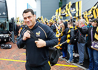 Photo: Richard Lane/Richard Lane Photography. Exeter Chiefs v Wasps. Aviva Premiership Semi Final. 21/05/2016.  Wasps' George Smith is greeted by the  supporters.