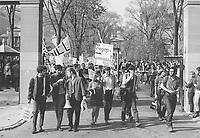 Demonstrations etudiantes.<br /> Fin des ann»es 1960.<br /> Source : Archives de l'Universit» McGill, PR033827.