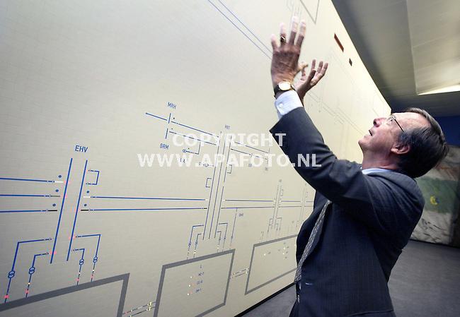 Arnhem, 080104<br />Minister Brinkhorst bezoekt Tennet, in de controlekamer aanbid hij het panneel waarop het elektriciteitsnet van Nederland weergegeven wordt. Was alles maar zo overzichtelijk......<br />Foto: Sjef Prins - APA Foto