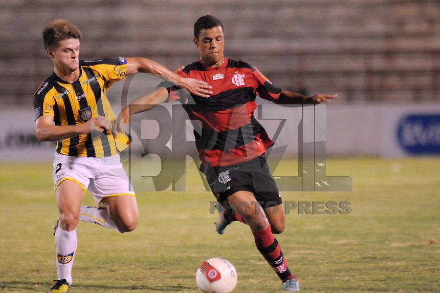 SAO PAULO, SP, 05 JANEIRO 2013 - ESPORTES - FUTEBOL - 44ª COPA SÃO PAULO DE FUTEBOL JÚNIOR - CR FLAMENGO RJ X RONDONÓPOLIS EC - S/A - Renan (D) disputa bola com Alexandre (E)  durante partida entre a equipe do Rondonopólis,  válida pela copa São Paulo, no estádio DR. Osvaldo Teixeira Duarte (Teixeirão), neste sábado (05) as 21hs na cidade de São José do Rio Preto, no interior do estado de SÃO PAULO. FOTOS: DORIVAL ROSA/ BRAZIL PHOTO PRESS