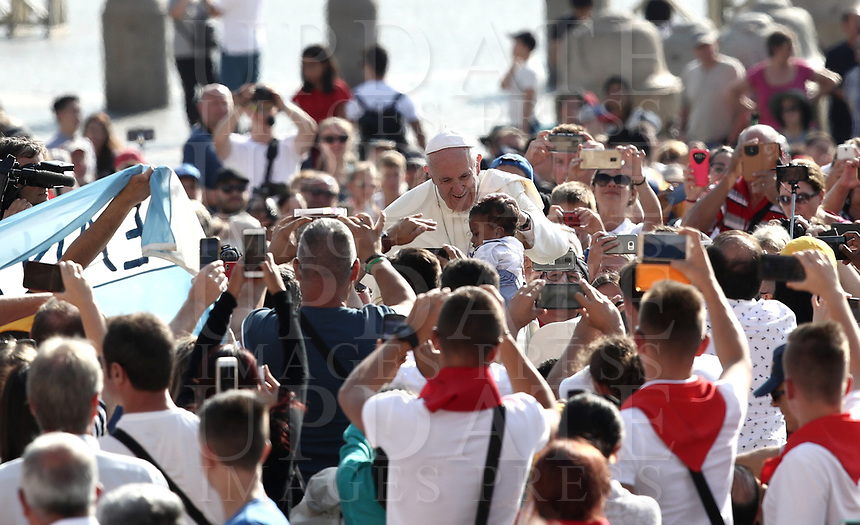 Papa Francesco accarezza un bambino al suo arrivo all'udienza generale del mercoledi' in Piazza San Pietro, Citta' del Vaticano, 29 agosto, 2018.<br /> Pope Francis caresses a child as he arrives to lead his weekly general audience in St. Peter's Square at the Vatican, on August 29, 2018.<br /> UPDATE IMAGES PRESS/Isabella Bonotto<br /> <br /> STRICTLY ONLY FOR EDITORIAL USE