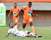 ENVIGADO - COLOMBIA, 20–02-2021: Yeferson Rodallega de Envigado F. C. y Bruno Teliz de Atletico Bucaramanga disputan el balon, durante partido entre Envigado F. C. y Atletico Bucaramanga de la fecha 8 por la Liga BetPlay DIMAYOR I 2021, en el estadio Polideportivo Sur de la ciudad de Envigado. / Yeferson Rodallega of Envigado F. C. Bruno Teliz of Atletico Bucaramanga fight for the ball, during a match between Envigado F. C. and Atletico Bucaramanga of 8th date for the BetPlay DIMAYOR I 2021 League at the Polideportivo Sur stadium in Envigado city. Photo: VizzorImage / Luis Benavides / Cont.