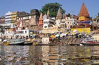 INDIEN Benares Varanasi Kashi, hinduistische Tempel und Badestufen fuer Pilger am Dasaswamedh Ghat am fuer Hindus heiligen Fluss Ganges / INDIA Varanasi , Hindu temple and Ghats at river Ganga