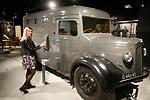 Foto: VidiPhoto<br /> <br /> OVERLOON – Oorlogsmuseum Overloon bestaat dit jaar 75 jaar en is daarmee het oudste oorlogsmuseum van West-Europa. Op dit moment wordt gewerkt twee nieuwe en grote projecten om nog meer publiek te trekken. Defensie heeft geholpen om voer- en vliegtuigen te verplaatsen. Foto: De bankwagen van prinses Juliana.