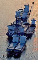 Schiffe auf Reede: EUROPA, DEUTSCHLAND, HAMBURG, (EUROPE, GERMANY), 08.09.2009: In der Hamburger Norderelbe liegen Seeschiff auf Reede und warten auf Auftraege
