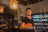 Europe, France, Ile de France, 75002, Paris: Restaurant , Bagnard (pan bagnat, concept de Yoni Saada) , 7, rue Saint-Augustin - service d'un pain bagnat
