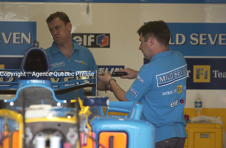 Paddock, circuit Gilles Villeneuve<br /> , 2003<br /> <br /> <br /> <br /> PHOTO : <br />  - Agence Quebec Presse<br /> <br /> NOTE : Les ajustements finaux, recadrage et retouche des poussieres seont effectuées sur les images commandées.