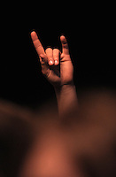 Das Festival With Full Force geht in die 18. Runde. 60 Bands aus der Hardcore-, Punk- und Metallszene haben sich auf dem haertesten Acker Deutschlands nahe Roitzschjora versammelt. Dazu gesellen sich nach Angaben der Veranstalter Sven Borges, Mike Schorler und Roland Ritter fast 30000 Besucher aus aller Welt. Drei Tage lassen die Bands ihre stromgestaehlten Gitarren gluehen und pusten per Mega-Boxenwand das Gras von der Landebahn des Sportflugplatzes. im Bild:  Pommesgabel. Foto: Alexander Bley