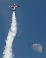Napoli Aerei acrobatici della Redbull Air race sfrecciano sulle acque del golfo.