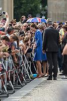 Koeniglicher Besuch aus Gross Brtiannien in Berlin.<br /> Prinz William, Herzogin Kate mit dem Berliner Buergermeister Michael Mueller beim Gang durch das Brandenburger Tor. Dort warteten mehrere hundert Menschen um das Paar zu begruessen. Die Herzogin und der Prinz gingen auf die Berliner zu und unterhielten sich mit einigen von ihnen.<br /> 19.7.2017, Berlin<br /> Copyright: Christian-Ditsch.de<br /> [Inhaltsveraendernde Manipulation des Fotos nur nach ausdruecklicher Genehmigung des Fotografen. Vereinbarungen ueber Abtretung von Persoenlichkeitsrechten/Model Release der abgebildeten Person/Personen liegen nicht vor. NO MODEL RELEASE! Nur fuer Redaktionelle Zwecke. Don't publish without copyright Christian-Ditsch.de, Veroeffentlichung nur mit Fotografennennung, sowie gegen Honorar, MwSt. und Beleg. Konto: I N G - D i B a, IBAN DE58500105175400192269, BIC INGDDEFFXXX, Kontakt: post@christian-ditsch.de<br /> Bei der Bearbeitung der Dateiinformationen darf die Urheberkennzeichnung in den EXIF- und  IPTC-Daten nicht entfernt werden, diese sind in digitalen Medien nach §95c UrhG rechtlich geschuetzt. Der Urhebervermerk wird gemaess §13 UrhG verlangt.]