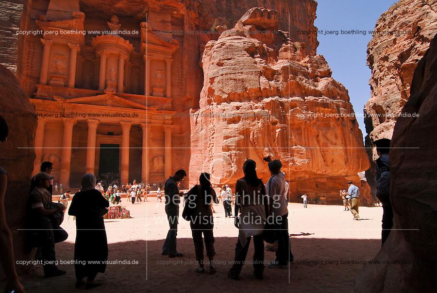JORDAN, UNESCO world heritage site Petra, The treasury / JORDANIEN, historische Nabataeer Stadt Petra , Touristen am Schatzhaus