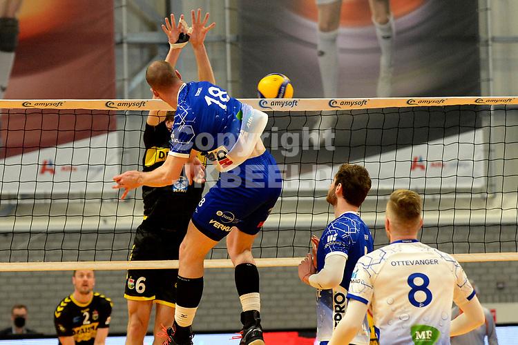 24-04-2021: Volleybal: Amysoft Lycurgus v Draisma Dynamo: Groningen /l18 slaat de bal hard langs het blok