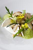 Europe/France/Provence-Alpes-Côte d'Azur/06/Alpes-Maritimes/ Menton:  Carpaccio de cèpes,quinoa, caviar d'escargots, recette de Mauro Colagreco  du Restaurant: Mirazur