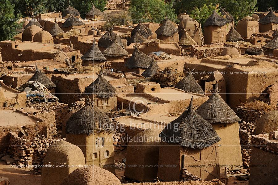 MALI Dogon Land , Dogon village Songho with clay architecture at the Falaise which is UNESCO world heritage  / MALI, etwa 20 km südoestlich von Bandiagara verlaeuft die rund 200 km lange  Falaise , UNESCO Welterbe, eine teilweise stark erodierte Sandsteinwand bis zu 300 m Hoehe  , hier befinden sich viele Dogon Doerfer in Lehmbau Architektur , Dorf Songho