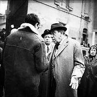 """Tournage du film """"La Bourse ou la Vie"""" de Jean Pierre Mocky, dans le quartier de St Sernin, Tououse, France, novembre 1965<br /> <br />  Le 2 novembre 1965. Vue de Fernadel sur le tournage <br /> <br /> PHOTO:  Fonds André Cros,"""