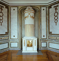 The octagonal state dining room features painted decorations by Lars Bolander and a large tiled stove in the form of a column resting on a plynth