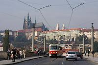 Europe/République Tchèque/Prague:La colline du Château ,Petrin, vu depuis le Pont Legil