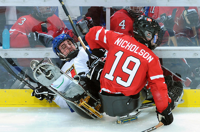 Todd Nicholson, Vancouver 2010 - Para Ice Hockey // Para-hockey sure glace.<br /> Team Canada plays against Italy in Para Ice Hockey action // Équipe Canada affronte l'Italie dans un match de para-hockey sur glace. 13/03/2010.