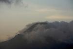 Sommet de la Montagne Pelée dans les nuages.