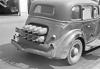 Pressurized gas bottles are mounted at the rear of a passenger car. Menno Huizinga was part of the Hidden Camera and took pictures illegally during the occupation. He did this mainly in his hometown The Hague.