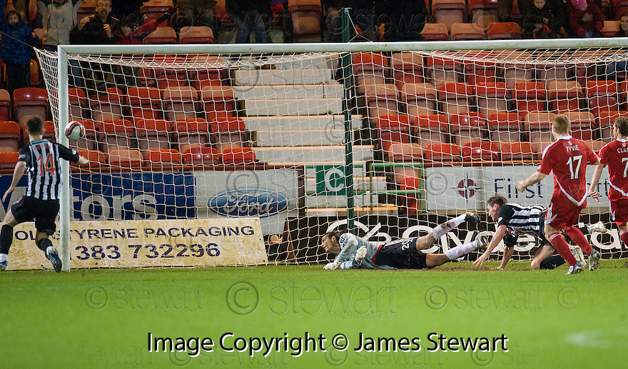 THE TURNING POINT OF THE GAME. PARS ANDY BARROWMAN (RIGHT) WATCHES AS HIS SHOT HITS THE POST WHICH WOULD HAVE PUT THE PARS 4-1 UP