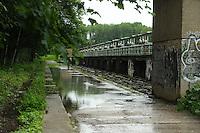 Andauernde Regenfälle haben die Flusspegel in und um Leipzig erheblich steigen lassen - die Stadt Leipzig erläßt Sonderverordnung, die das Betreten der Hochwasserschutzanlagen strengstens untersagt - die Wehre sind ausgelastet und die Überflutungsflächen bereits jetzt randvoll - weitere Niederschläge sind angekündigt, eine Besserung der Lage bislang nicht in Sicht - im Bild: Das Überlaufwehr / Schleuse an der Nahle an der Gustav-Esche-Straße in Wahren - hier könnte die Stadt im Notfall den Auwald fluten - bislang ist die Schleuse noch zu. Foto: Norman Rembarz