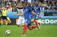 Dimitri Payet (Frankreich)  gegen Johann Gudmundsson (Island) - UEFA EURO 2016: Frankreich vs. Island, Stade de France, Viertelfinale