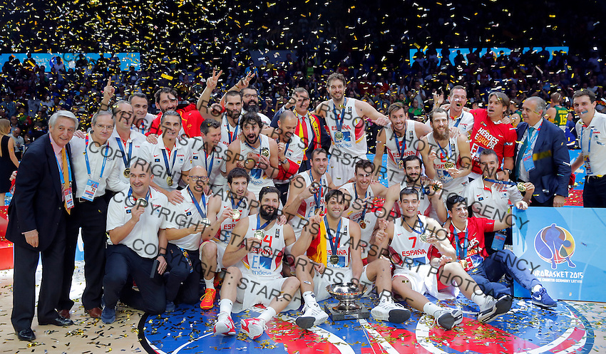 Spain's national basketball team players and gold medalists pose for the photo after European championship basketball final match between Spain and Lithuania on September 20, 2015 in Lille, France  (credit image & photo: Pedja Milosavljevic / STARSPORT)