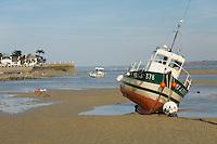 Lors des grandes marees, les bateaux du portde Locquirec sont echoues sur le sables