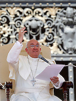 Papa Francesco tiene l'udienza generale del mercoledi' in Piazza San Pietro, Citta' del Vaticano, 12 giugno 2013.<br /> Pope Francis gestures during his weekly general audience in St. Peter's square at the Vatican, 12 June 2013.<br /> UPDATE IMAGES PRESS/Isabella Bonotto<br /> <br /> STRICTLY ONLY FOR EDITORIAL USE