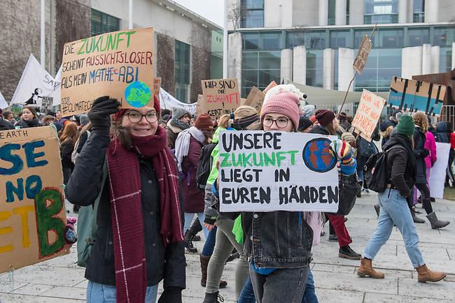 """Tausende Schuelerinnen und Schueler streikten am Freitag den 25. Januar 2019 in Berlin unter dem Motto #FridaysForFuture fuer einen Ausstieg aus der Kohlepolitik. """"Heute verhandelt die Kohlekomission über den Kohleausstieg, und damit ueber unsere Zukunft. Die Menschen, die heute diese Entscheidungen treffen, werden die langfristigen Folgen ihrer Entscheidungen nicht mehr erleben.""""<br /> Im Bild: Die Schuelerinnen und Schueler protestieren vor dem Bundeskanzleramt.<br /> 25.1.2019, Berlin<br /> Copyright: Christian-Ditsch.de<br /> [Inhaltsveraendernde Manipulation des Fotos nur nach ausdruecklicher Genehmigung des Fotografen. Vereinbarungen ueber Abtretung von Persoenlichkeitsrechten/Model Release der abgebildeten Person/Personen liegen nicht vor. NO MODEL RELEASE! Nur fuer Redaktionelle Zwecke. Don't publish without copyright Christian-Ditsch.de, Veroeffentlichung nur mit Fotografennennung, sowie gegen Honorar, MwSt. und Beleg. Konto: I N G - D i B a, IBAN DE58500105175400192269, BIC INGDDEFFXXX, Kontakt: post@christian-ditsch.de<br /> Bei der Bearbeitung der Dateiinformationen darf die Urheberkennzeichnung in den EXIF- und  IPTC-Daten nicht entfernt werden, diese sind in digitalen Medien nach §95c UrhG rechtlich geschuetzt. Der Urhebervermerk wird gemaess §13 UrhG verlangt.]"""