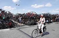 Nederland - Amsterdam -  2019. Overvolle fietsenstalling achter Centraal Station.  Foto mag niet in schadelijke context voor de gefotografeerde personen worden gepubliceerd.   Foto Berlinda van Dam / Hollandse Hoogte