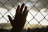 Rio de Janeiro (RJ), 13/04/2020 - Covid-19-Rio - Na janela do apartamento respeitando a quarentena em casa e evitando sair para a rua em predio em Jacarepagua,zona oeste do Rio de Janeiro, nesta segunda-feira (13). (Foto: Alexandre Durao/Codigo 19/Codigo 19)