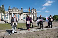 """Die Vereinigung der Verfolgten des Naziregimes - Bund der Antifaschistinnen und Antifaschisten (VVN/BdA) uebergab am Donnerstag den 7. Mai 2020 vor dem Deutschen Bundestag eine Petition """"8. Mai zum Feiertag machen"""" mit ueber 100.000 Unterschriften an Bundestagsabgeordnete.<br /> Die Organisation Ueberlebender des Nationalsozialismus moechte mit der Petition erreichen, dass der Tag der Befreiung ab 2021 in ganz Deutschland zum Feiertag erklaert wird und nicht nur einmalig 2020 im Bundesland Berlin.<br /> Im Bild vlnr.: Petra Pau, MdB der Linkspartei und Vizepraesidenten des Deutschen Bundetag; Claudia Roth, Mitglied der Bundestatgsfraktion von Buendnis 90/Die Gruenen und Vizepraesidentin des Deutschen Bundestag; Florian Gutsche, Bundessprecher der VVN/BdA, Florian Gutsche (hinten); Hans Coppi jr., Sohn der Widerstandkaempfer Hans und Hilde Coppi; der SPD-Bundestagsabgeordnete und Vizepraesident des Deutschen Bundestag, Thomas Oppermann.<br /> Die Eltern von Hans Coppi jr. waren Mitglied in der Widerstandorganisation """"Rote Kapelle"""" und wurden im Nationalsozialismus hingerichtet.<br /> 7.5.2020, Berlin<br /> Copyright: Christian-Ditsch.de<br /> [NUR FUER REDAKTIONELLE ZWECKE! Werbung nur auf Anfrage beim Fotografen. Inhaltsveraendernde Manipulation des Fotos nur nach ausdruecklicher Genehmigung des Fotografen. Vereinbarungen ueber Abtretung von Persoenlichkeitsrechten/Model Release der abgebildeten Person/Personen liegen nicht vor. NO MODEL RELEASE! Don't publish without copyright Christian-Ditsch.de, Veroeffentlichung nur mit Fotografennennung, sowie gegen Honorar, MwSt. und Beleg. Konto: I N G - D i B a, IBAN DE58500105175400192269, BIC INGDDEFFXXX, Kontakt: post@christian-ditsch.de<br /> Bei der Bearbeitung der Dateiinformationen darf die Urheberkennzeichnung in den EXIF- und  IPTC-Daten nicht entfernt werden, diese sind in digitalen Medien nach §95c UrhG rechtlich geschuetzt. Der Urhebervermerk wird gemaess §13 UrhG verlangt.]"""