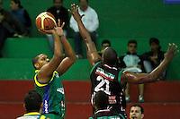 MANIZALES -COLOMBIA, 22-10-2013. Jhon Velez (D) de Manizales Once Caldas trata de bloquear a Enielsen Guevara (I) Bambuqueros de Neiva durante partido válido por la fecha 6 de la Liga DirecTV de Baloncesto 2013-II de Colombia jugado en el coliseo Jorge Arango de la ciudad de Manizales./  Jhon Velez (R) of Manizales Once Caldas tries to block to Enielsen Guevara (L)of Bambuqueros de Neiva during match valid for the 6th date of the DirecTV Basketball League 2013-II in Colombia at Jorge Arango coliseum in Manizales. Photo:VizzorImage / Santiago Osorio / STR
