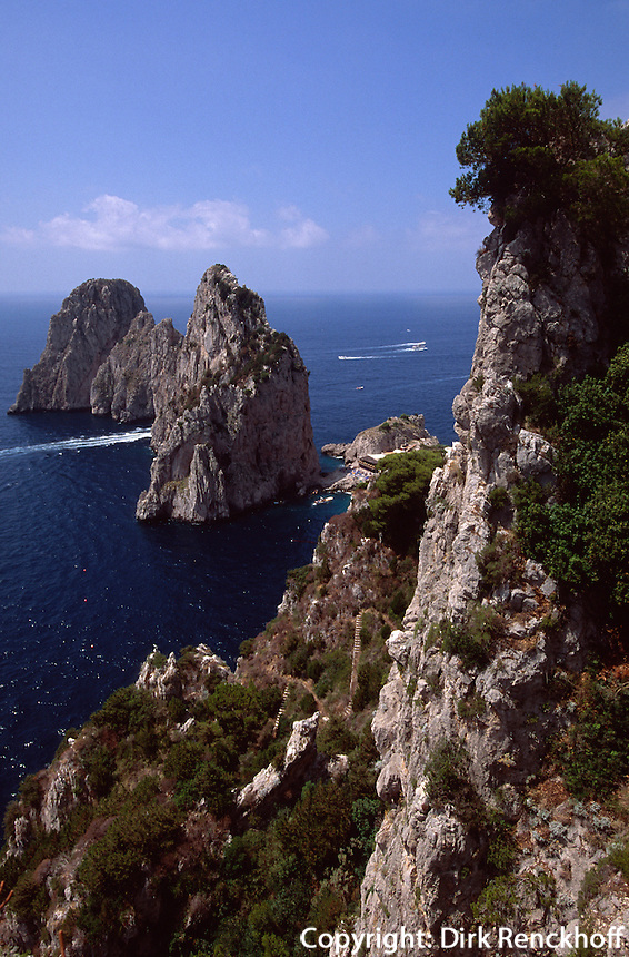 Blick vom Pizzolungo-Wanderweg auf Faraglioni-Felsen, Capri, Italien