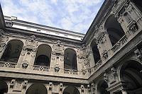 - Palazzo Marino, costruito fra il 1557 ed il 1563, dal 1861 storica sede del Comune di Milano; il loggiato e il Cortile  d'Onore<br /> <br /> - Palazzo Marino, built between 1557 and 1563, from 1861 historic home of the Milan Municipality; the open gallery and the Court of Honour