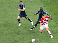 MOSCU - RUSIA, 15-07-2018: Ngolo KANTE (Izq) jugador de Francia disputa el balón con Ivan PERISIC (Der) jugador de Croacia durante partido por la final de la Copa Mundial de la FIFA Rusia 2018 jugado en el estadio Luzhnikí en Moscú, Rusia. / Ngolo KANTE (L) player of France fights the ball with Ivan PERISIC (R) player of Croatia during match of the final for the FIFA World Cup Russia 2018 played at Luzhniki Stadium in Moscow, Russia. Photo: VizzorImage / Cristian Alvarez / Cont