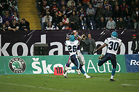Tom Crowder (Wide Receiver Frankfurt Galaxy) wird von Eric Hill (Cornerback Hamburg Sea Devils) beim Fangen gehindert