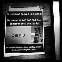 Bergarbeiterstreik in Spanien.<br />In dem Dorf Santa Cruz del Sil der Provinz Leon haben 8 Bergarbeiter am 21. Mai 2012  beschlossen, sich so lange in der Mine einzuschliessen, bis alle Mineros ihren vollen Lohn von der Firmenleitung erhalten. Die Firmenleitung hatte ihnen im Mai 2012 nur die Haelfte des Lohns ausgezahlt. Seit dem wird die Mine bestreikt.<br />Im Bild: Ein Plakat, auf dem die Regierung verurteilt wird, 100 Milliarden Euro fuer die Bankenrettung zu haben, aber keine 70 Millionen Euro für den Bergbau.<br />3.7.2012, Santa Cruz del Sil/Asturien/Spanien<br />Copyright: Christian-Ditsch.de<br />[Inhaltsveraendernde Manipulation des Fotos nur nach ausdruecklicher Genehmigung des Fotografen. Vereinbarungen ueber Abtretung von Persoenlichkeitsrechten/Model Release der abgebildeten Person/Personen liegen nicht vor. NO MODEL RELEASE! Don't publish without copyright Christian-Ditsch.de, Veroeffentlichung nur mit Fotografennennung, sowie gegen Honorar, MwSt. und Beleg. Konto:, I N G - D i B a, IBAN DE58500105175400192269, BIC INGDDEFFXXX, Kontakt: post@christian-ditsch.de.<br />Urhebervermerk wird gemaess Paragraph 13 UHG verlangt.]