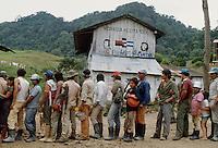 - row for the refectory in a collective farm for coffee cultivation north of Jinotega ....- fila per la mensa in una fattoria collettiva per la coltivazione del caffè a nord di Jinotega