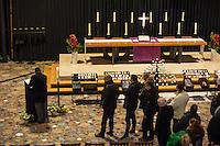Kondolenz nach Anschlag auf Berliner Weihnachtsmarkt.<br /> Am Abend des 19. Dezember 2016 fuhren Unbekannte mit einem LKW mit polnischen Kennzeichen in den Berliner Weihnachtsmarkt am Kurfuerstendamm und toeteten 12 Menschen, 48 wurden zum Teil schwer verletzt.<br /> Im Bild: Berliner Buerger tragen sich am Dienstag den 20. Dezember 2016 in das Kondolenzbuch ein, welches in der nahegelegenen Kaiser-Wilhelm-Gedachtnichkirche ausgelegt wurde.<br /> 20.12.2016, Berlin<br /> Copyright: Christian-Ditsch.de<br /> [Inhaltsveraendernde Manipulation des Fotos nur nach ausdruecklicher Genehmigung des Fotografen. Vereinbarungen ueber Abtretung von Persoenlichkeitsrechten/Model Release der abgebildeten Person/Personen liegen nicht vor. NO MODEL RELEASE! Nur fuer Redaktionelle Zwecke. Don't publish without copyright Christian-Ditsch.de, Veroeffentlichung nur mit Fotografennennung, sowie gegen Honorar, MwSt. und Beleg. Konto: I N G - D i B a, IBAN DE58500105175400192269, BIC INGDDEFFXXX, Kontakt: post@christian-ditsch.de<br /> Bei der Bearbeitung der Dateiinformationen darf die Urheberkennzeichnung in den EXIF- und  IPTC-Daten nicht entfernt werden, diese sind in digitalen Medien nach §95c UrhG rechtlich geschuetzt. Der Urhebervermerk wird gemaess §13 UrhG verlangt.]
