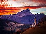 Italien, Suedtirol (Trentino - Alto Adige), Gadertal, oberhalb Wengen: Sonnenuntergang in den Dolomiten - Blick vom Weiler Tolpei in Altwengen, die spaetgotische Barbarakapelle und im Hintergrund die Puez-Geisler-Gruppe im Naturpark Puez-Geisler mit dem Peitlerkofel | Italy, South Tyrol (Trentino - Alto Adige), Val Badia, above La Valle: sunset in the Dolomites, view from hamlet Tolpei towards chapel Saint Barbara, at background Puez-Geisler-Group at Puez-Geisler Nature Park (Parco naturale Puez Odle) and summit Sass Putia